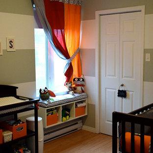 Idéer för små funkis babyrum, med grå väggar och plywoodgolv