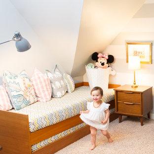 Diseño de habitación de bebé bohemia, de tamaño medio, con moqueta y suelo beige