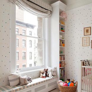 Imagen de habitación de bebé niña moderna, grande, con moqueta