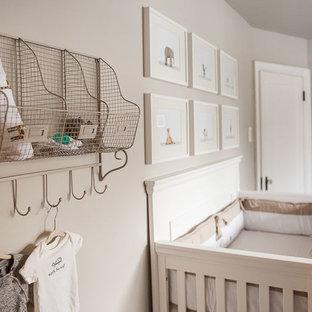 Diseño de habitación de bebé neutra clásica renovada, de tamaño medio, con paredes grises y suelo de madera oscura