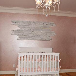 Idée de décoration pour une chambre de bébé fille style shabby chic de taille moyenne avec un mur rose et un sol en bois clair.