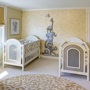Modelo de habitación de bebé neutra tradicional renovada, de tamaño medio, con moqueta y paredes amarillas