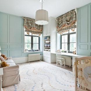 Ejemplo de habitación de bebé neutra clásica con paredes azules y moqueta