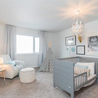 Inspiration pour une chambre de bébé neutre traditionnelle avec un mur blanc, moquette et un sol gris.