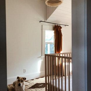 Exemple d'une petit chambre de bébé fille éclectique avec un mur blanc, un sol en bois brun, un sol marron et un plafond en lambris de bois.