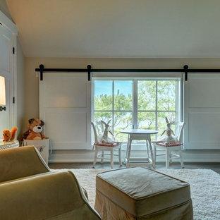 Idées déco pour une grand chambre de bébé neutre campagne avec un mur beige et un sol en bois clair.