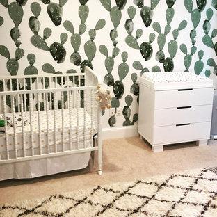 Immagine di una piccola cameretta per neonati neutra american style con pareti bianche, moquette e pavimento beige