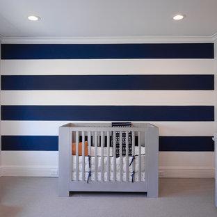 ニューヨークの中くらいのおしゃれな赤ちゃん部屋 (白い壁、カーペット敷き、男の子用、グレーの床) の写真