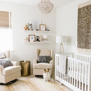 Immagine di una cameretta per neonati neutra country con pareti bianche