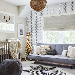 Modelo de habitación de bebé neutra tradicional renovada, de tamaño medio, con paredes beige, moqueta y suelo beige