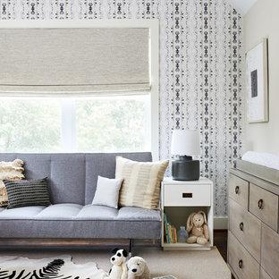 Imagen de habitación de bebé neutra clásica renovada, de tamaño medio, con paredes beige, moqueta y suelo beige