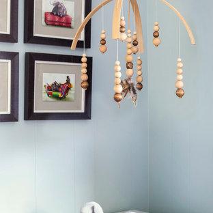 Idee per una cameretta per neonati neutra eclettica di medie dimensioni con pareti blu, pavimento rosso e moquette