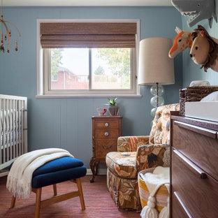 Inredning av ett eklektiskt mellanstort könsneutralt babyrum, med blå väggar, rött golv och heltäckningsmatta