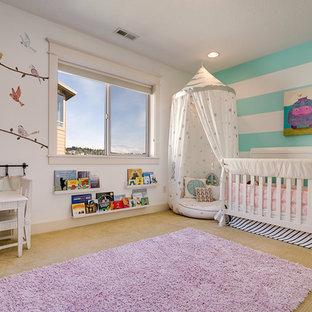 Ispirazione per una cameretta per neonata tradizionale con pareti multicolore, moquette e pavimento viola