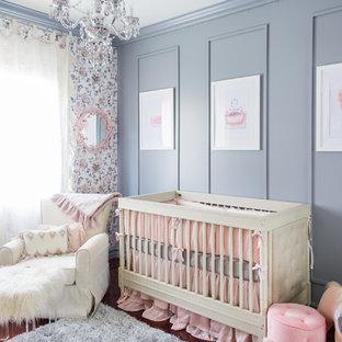 Mittelgroßes Klassisches Babyzimmer mit grauer Wandfarbe und dunklem Holzboden in New York