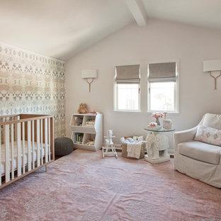 Exemple d'une chambre de bébé fille chic avec un mur rose, un sol en bois foncé et un sol rose.