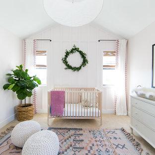 Foto di una cameretta per neonata costiera con pareti rosa, moquette e pavimento beige