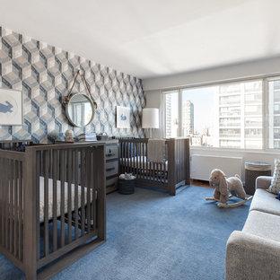 Imagen de habitación de bebé niño clásica renovada, de tamaño medio, con paredes blancas, suelo de madera en tonos medios y suelo azul