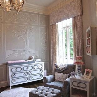 Imagen de habitación de bebé niña clásica renovada con paredes grises y suelo de madera oscura