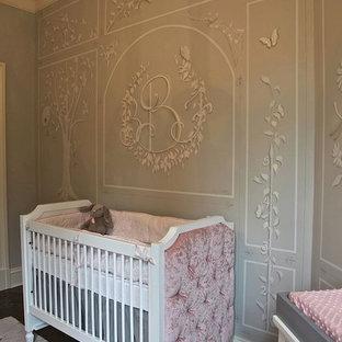 Foto de habitación de bebé niña clásica renovada con paredes grises y suelo de madera oscura
