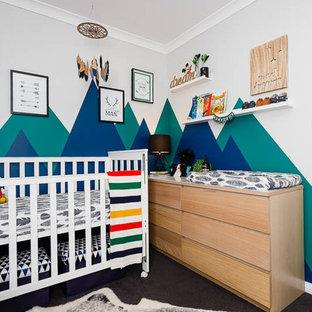 Ejemplo de habitación de bebé niño clásica renovada, pequeña, con paredes azules y moqueta