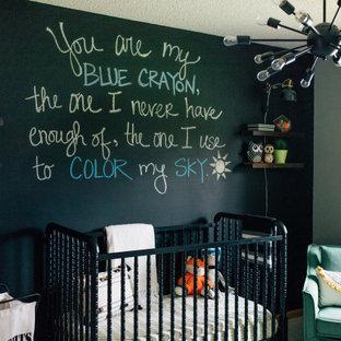 Modelo de habitación de bebé niño minimalista, de tamaño medio, con paredes negras, moqueta y suelo beige