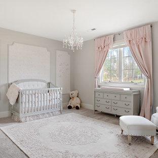 Inspiration pour une chambre de bébé avec un mur gris, moquette, un sol gris et du lambris.