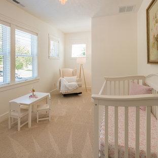 Diseño de habitación de bebé niña de estilo de casa de campo, pequeña, con paredes blancas, moqueta y suelo beige