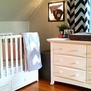 Ejemplo de habitación de bebé tradicional renovada pequeña