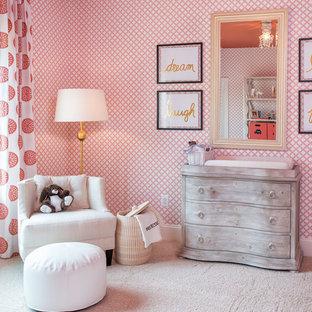 Ejemplo de habitación de bebé niña tradicional con paredes multicolor, moqueta y suelo beige
