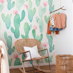 Modelo de habitación de bebé niña marinera con paredes multicolor y suelo de madera en tonos medios
