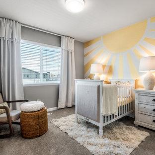 Aménagement d'une chambre de bébé neutre romantique de taille moyenne avec un mur gris, moquette et un sol gris.