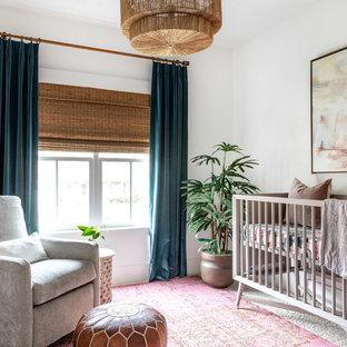 Klassisk inredning av ett babyrum, med vita väggar och heltäckningsmatta