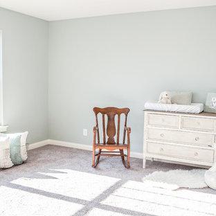Ejemplo de habitación de bebé neutra campestre, pequeña, con paredes verdes y moqueta