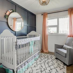 Foto de habitación de bebé niña clásica renovada con paredes negras y suelo de madera oscura