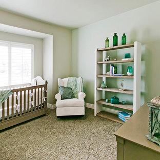 Diseño de habitación de bebé neutra de estilo americano, grande, con moqueta y suelo beige