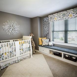 Exemple d'une chambre de bébé neutre chic de taille moyenne avec un mur gris, moquette et un sol gris.