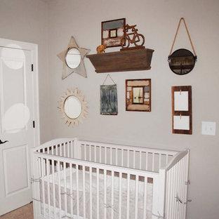 Diseño de habitación de bebé niño campestre, pequeña, con paredes grises y moqueta