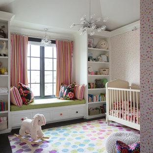 Foto di una cameretta per neonata chic con pareti multicolore, parquet scuro e pavimento marrone