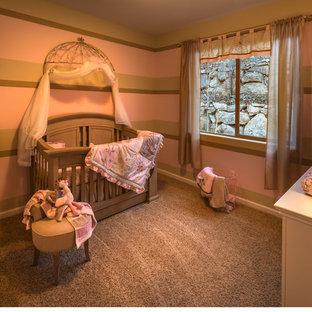 Foto di una cameretta per neonati classica