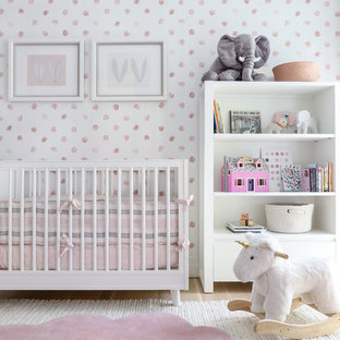 Modelo de habitación de bebé niña contemporánea con paredes multicolor