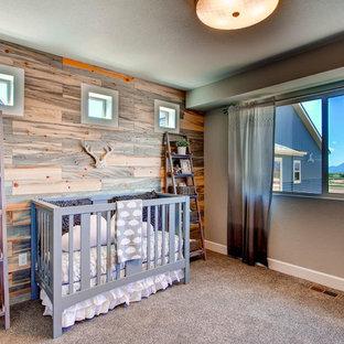 Inspiration pour une chambre de bébé neutre rustique avec un mur beige, moquette et un sol gris.