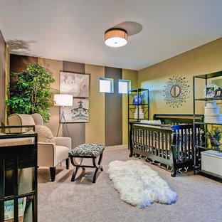 Modelo de habitación de bebé neutra ecléctica, grande, con paredes verdes y moqueta