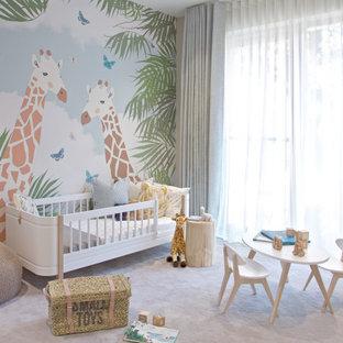 Inspiration pour une grand chambre de bébé fille design avec un mur gris, moquette et un sol gris.