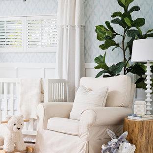 Cette image montre une chambre de bébé garçon traditionnelle de taille moyenne avec un mur multicolore, moquette et un sol beige.