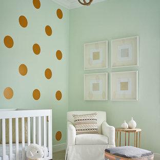 Modelo de habitación de bebé niña clásica renovada con paredes verdes, moqueta y suelo blanco