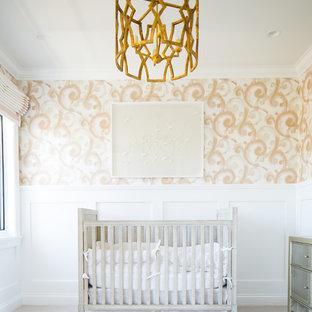 Foto de habitación de bebé niña clásica renovada con paredes multicolor, moqueta y suelo gris