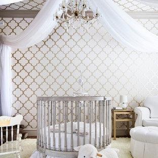オースティンの地中海スタイルのおしゃれな赤ちゃん部屋 (マルチカラーの壁、ベージュの床) の写真