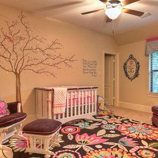 Idéer för ett klassiskt babyrum, med beige väggar och heltäckningsmatta