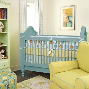 Esempio di una cameretta per neonati neutra classica con pareti beige e parquet scuro